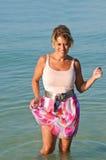 突出在海浪的可爱的妇女 免版税库存图片