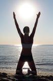 突出在海滩的美丽的少妇 免版税库存照片