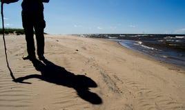 突出在海滩的人 免版税库存图片