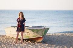 突出在海滩的女孩 免版税库存图片