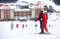 突出在滑雪倾斜的新夫妇 免版税库存照片