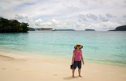 突出在热带海滩的妇女 图库摄影