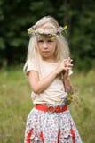 突出在草甸的小女孩 图库摄影