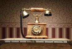 突出在表的一个美丽的老葡萄酒电话 库存照片