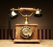 突出在表的一个老葡萄酒电话 库存图片