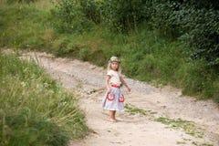 突出在路的小女孩 免版税库存照片