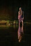 突出在水中的女孩 库存照片