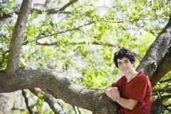 突出少年森林的男孩 免版税库存图片