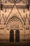 突出拱门和装饰的哥特式门和门 免版税图库摄影