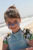 突出海滩的女孩新 免版税图库摄影