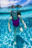 突出的女孩水下 免版税库存照片