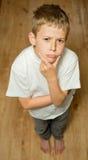 突出的男孩认为 免版税库存照片