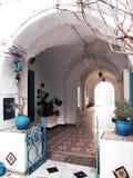 突尼斯人西迪布赛义德市- countyard房子 库存图片