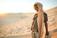 突尼斯男孩在撒哈拉大沙漠 免版税库存图片