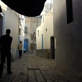 突尼斯街道有两个人走的 免版税图库摄影