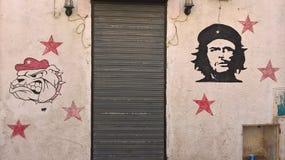 突尼斯,苏斯 2016年9月19日 在墙壁上的街道画 切・格瓦拉和牛头犬头画象  免版税库存图片