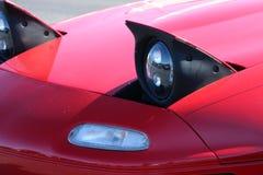突然出现在红色Miata的车灯 免版税库存照片