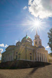 突然显现大教堂在湖的塞利格,特维尔地区Nilov修道院里 免版税图库摄影