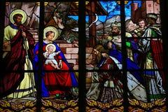 突然显现彩色玻璃在游览大教堂里 库存图片
