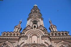 突然显现的大教堂的钟楼 库存图片