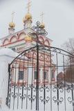 突然显现的教会在冬天 免版税库存图片