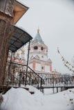 突然显现的教会在冬天 库存图片