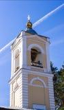 突然显现的钟楼教会在村庄 库存图片