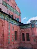 突然显现的ortodox教会的古老绿色纯熟瓦片 免版税图库摄影
