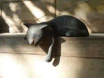 突袭的淘气猫雕塑 免版税库存图片