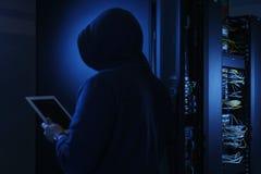 窃取与片剂个人计算机的戴头巾计算机黑客信息 库存照片