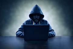 窃取与膝上型计算机的计算机黑客信息 免版税图库摄影