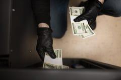 窃取从保险柜的窃贼金钱在犯罪现场 免版税库存图片