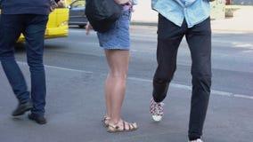 窃取从短裤的窃贼女性智能手机在街道,都市生活方式上装在口袋里 影视素材