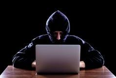 窃取从膝上型计算机的计算机黑客数据 库存照片