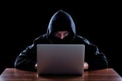 窃取信息的戴头巾计算机黑客 图库摄影