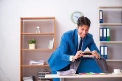 窃取在产业间谍活动概念的雇员重要信息 免版税库存图片