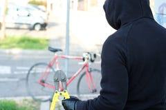窃取在城市街道的窃贼一辆自行车 免版税库存照片