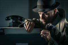 窃取文件的暗中进行的间谍 库存照片
