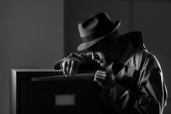 窃取文件的暗中进行的间谍 图库摄影