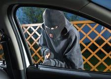 窃取汽车的人 库存照片
