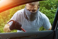 窃取汽车的窃贼 免版税库存照片