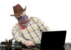 窃取从另一台膝上型计算机的窃贼数据使用usb闪光驱动 免版税库存照片