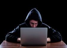 窃取从膝上型计算机的计算机黑客数据 库存图片