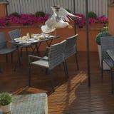 窃取从餐馆桌的海鸥 免版税库存图片