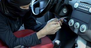 窃贼设法通过连接燃烧导线发动和窃取汽车 股票录像