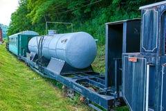 窄片铁路葡萄酒列车车箱乘客和罐车 免版税库存照片