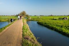 窄路的两个骑自行车者 免版税库存照片