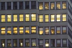 窗口光在晚上在城市 库存图片