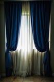 窗口和帷幕在屋子里 库存图片