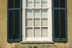 窗口和快门对英国房子 库存图片